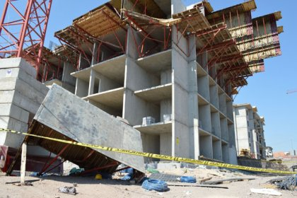 Elazığ'da, inşaat iskelesi çöktü: 5 işçi yaralı