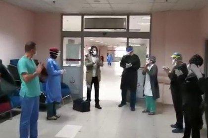 Erzurum'da koronavirüs tedavisi biten 20 kişi, alkışlarla taburcu oldu