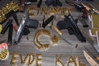 Eşinin uzaklaştırma kararı aldırdığı şahsın çantasından tabancalar, mermi, satır ve bıçak çıktı