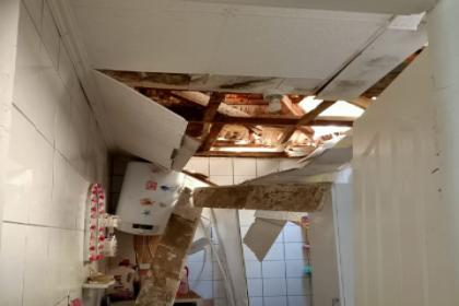 Evi hasar gören aileye İzmir Büyükşehir Belediyesi'nden yardım eli