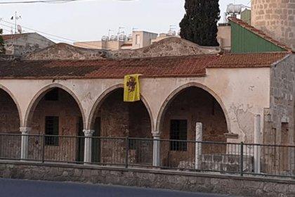 Güney Kıbrıs'ta bulunan Tuzla Camisi'nin duvarına Bizans bayrağı astılar