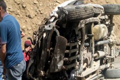 Hakkari'de öğretmenleri taşıyan araç uçuruma devrildi: 6 ölü