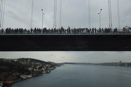 Hakları gasp edilen işçiler köprüye çıktı