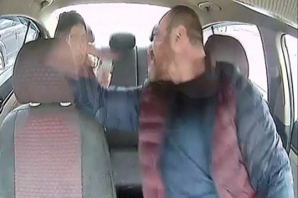 İBB, kadın yolcuyu darbeden taksi şoförünün araç kullanım belgesini iptal etti