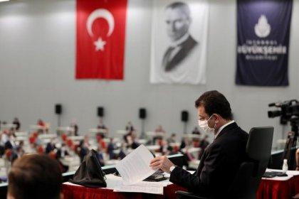 İBB'nin bozulan mali dengesinin düzeltilmesi için olağanüstü toplanan mecliste, AKP Meclis Üyeleri oylarıyla geçen yıl oylanan 4.6 milyar 648 milyona düşürüldü
