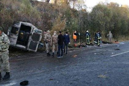 İçinde 33 kaçak göçmenin bulunduğu minibüs kaza yaptı: 2 kişi hayatını kaybetti