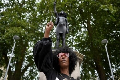İngiltere'de köle tacirinin heykelinin yerine protestocunun heykeli dikildi