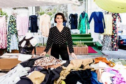 İşinden istifa edip pazarda kıyafet satmaya başlayan 24 yaşındaki Zeynep Tilki: 'Ayrımcılığı yaşamadığımız hiçbir yer yok neredeyse'
