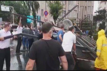 İstanbul'da şiddetli yağış: Hortum oluştu, yollar göle döndü