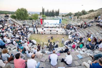İzmir Büyükşehir Belediye Meclisi toplantısı 2 bin 400 yıllık Asklepion Tiyatrosu'nda yapıldı