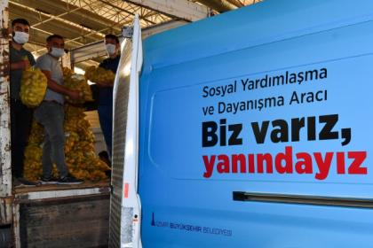 İzmir Büyükşehir Belediyesi, üreticiden aldığı 100 ton patatesi 10 bin aileye dağıtıyor