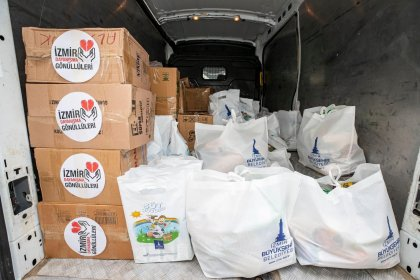 İzmir Büyükşehir Belediyesi'nden geri dönüşümlü atık toplayıcılarına gıda paketi