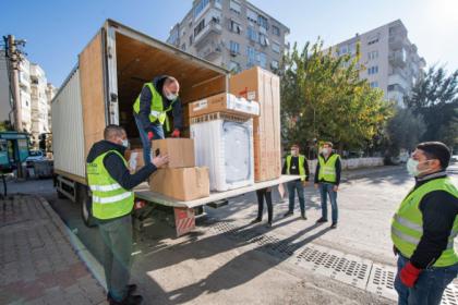 İzmir Büyükşehir Belediyesi'nin depremzedelere beyaz eşya desteği sürüyor