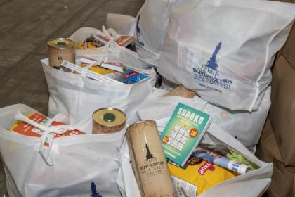 İzmir Büyükşehir Belediyesi, gıda yardımlarını dağıtmaya başladı