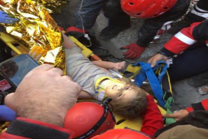 İzmir depreminden tam 91 saat sonra 3 yaşındaki Ayda Gezgin enkaz altından sağ olarak çıkarıldı
