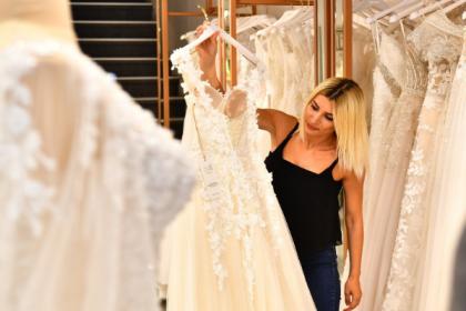İzmir esnafı 'Biz Varız' kampanyasına gelinlik ve nişan kıyafeti bağışladı