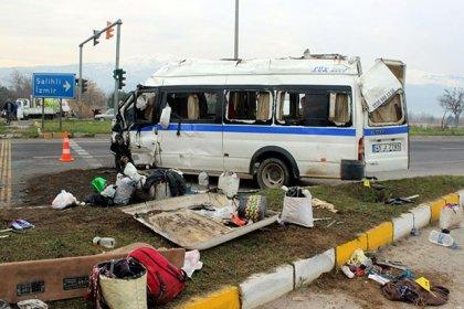 İzmir'de işçileri taşıyan minibüs kaza yaptı: 1 ölü, 24 yaralı