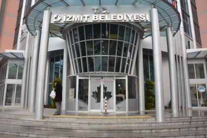 İzmit Belediyesi ve Kocaeli Büyükşehir Belediyesi arasında 'bayrak indirme' tartışması