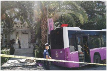 Kadıköy'de otobüs iş yerine daldı: Yaralılar var
