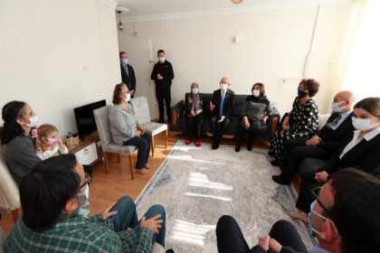 Kılıçdaroğlu İzmir'de depremzedeleri ziyaret etti