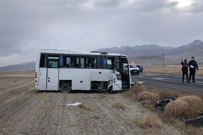 Konya'da lastiği patlayan midibüs devrildi: 14 yaralı
