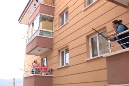 Koronavirüs nedeniyle evden çıkamayan yurttaşlar böyle vakit geçiriyor: Balkondan balkona 'isim-şehir' oynadılar