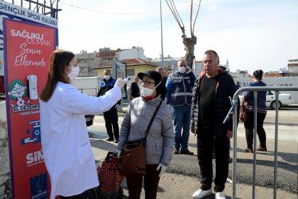 Kuşadası Belediyesi 235 bin 260 maske dağıttı