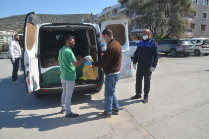 Kuşadası Belediyesi'nin sokağa çıkma yasağı süresince yardımları devam ediyor