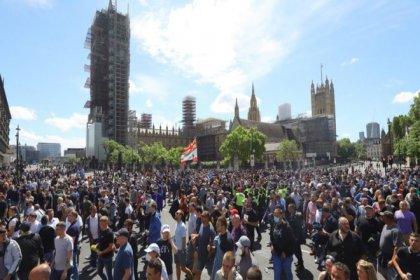 Londra'da aşırı sağcılar polisle çatıştı, 100'den fazla gösterici gözaltına alındı