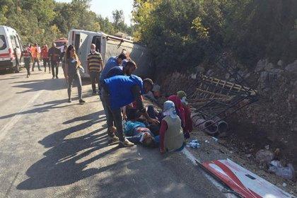 Mersin'de tarım işçisi taşıyan midibüs devrildi: 1 kişi öldü, 28 kişi yaralandı