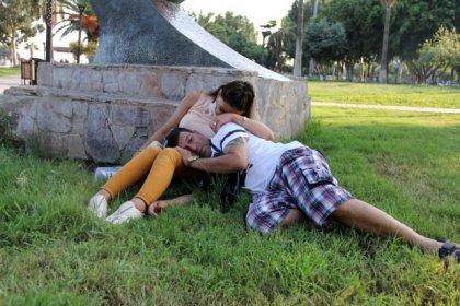 Nikah işlemleri için gittiler, parkta uyuyakalıp düğün parasını çaldırdılar