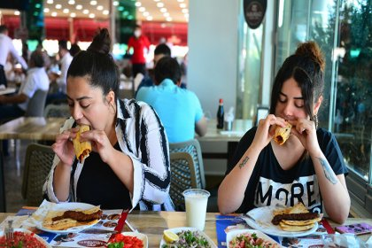 Restoranlar açıldı, Adanalılar kebapçılara akın etti: '3 aydır hasret kalmıştık'