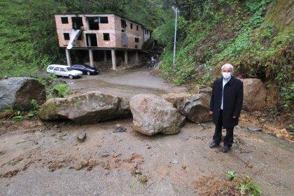 Rizeli muhtar koronavirüse karşı köyün girişini kayalarla kapattı!