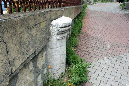 Roma döneminden kalan sütun, bahçe duvarında kullanıldı