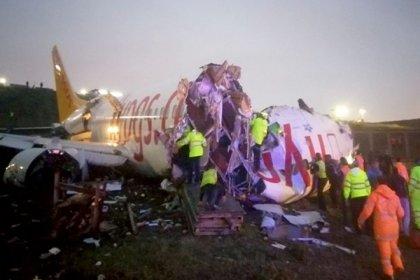Sabiha Gökçen havalimanında uçak pistten çıktı; uçak parçalandı