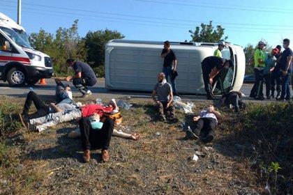 Samsun'da işçileri taşıyan minibüs devrildi: 16 yaralı