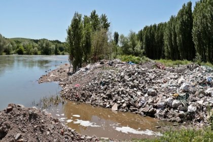 UNESCO listesindeki Hevsel Bahçeleri dökülen molozlarla kirletiliyor