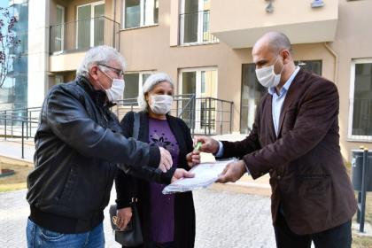 İzmir Büyükşehir Belediyesi, Yüzde 100 uzlaşı ile yerinde kentsel dönüşüm çalışmaları kapsamında; Uzundere'nin ikinci etap 436 konut ve 40 işyerini hak sahiplerine teslim etmeye başladı