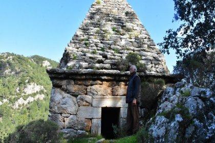 Yıllarca adaklar adanan türbe, Yunan savaşçının anıt mezarı çıktı