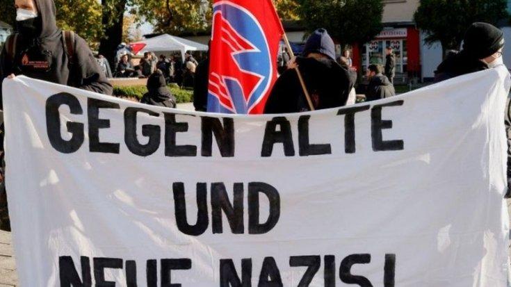 Almanya'da polis, göçmenleri engellemeye çalışan aşırı sağcıların silahlarına el koydu