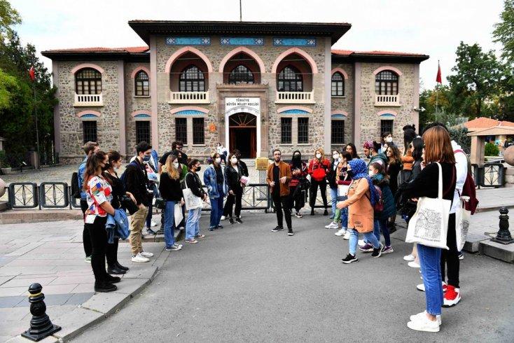 Ankara Büyükşehir Belediyesi'nden başkente okumaya gelen öğrencilere kent gezisi