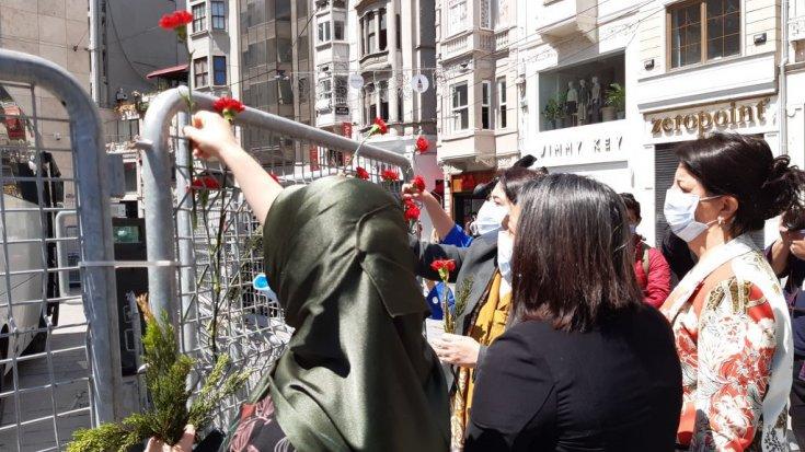 HDP'li vekiller Anneler Günü'nde Galatasaray Meydanı'na karanfil bıraktı