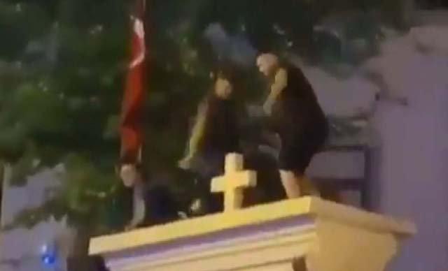 İstanbul'da kilisenin kapı duvarına çıkan 3 kişi gözaltına alındı