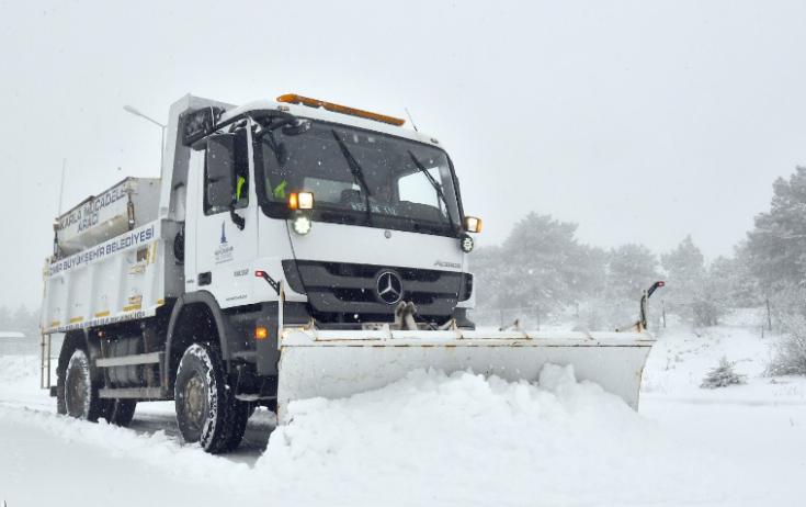 İzmir'de kardan kapanan yollar trafiğe açıldı