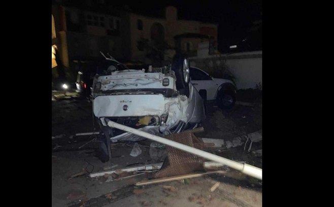 İzmir'de meydana gelen hortumda, konteyner ve vinç direği devrildi