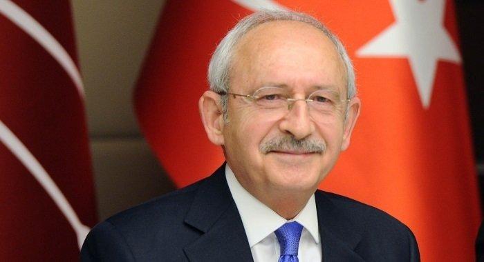 Kılıçdaroğlu, evinin mutfak dolaplarına derlenen gençlere; 'O dolap kapaklarının arkasında iç huzur var. Selvi Hanım ve ben, huzuru hiçbir şeye değişmeyiz'