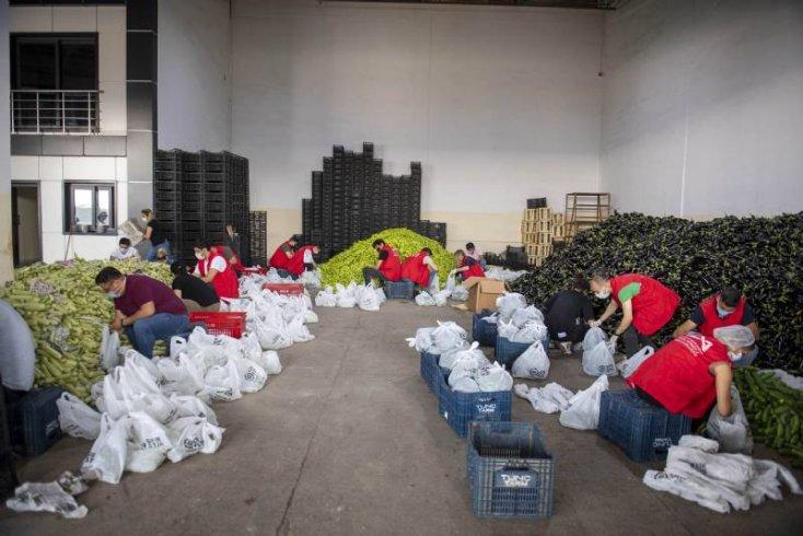 Mersin Büyükşehir Belediyesi, üreticilerin ellerinde kalan ürünleri satın alarak ihtiyaç sahiplerine dağıttı