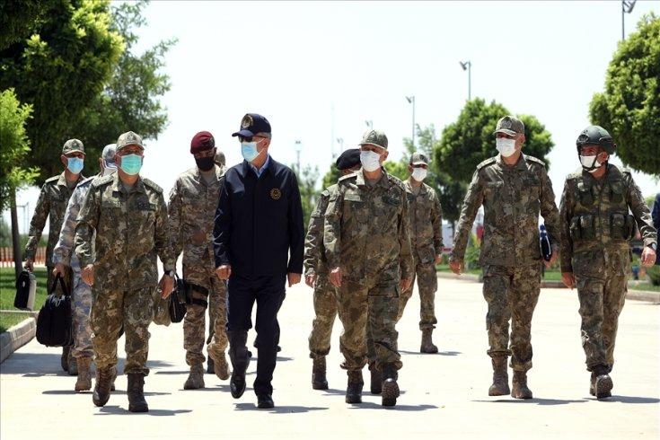 Milli Savunma Bakanı Akar, beraberindeki komutanlarla sınır hattında