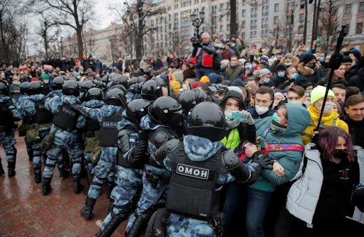 Rusya'da muhalif lider Navalny'in tutukluluğunu protesto eden 3 bin kişi gözaltına alındı