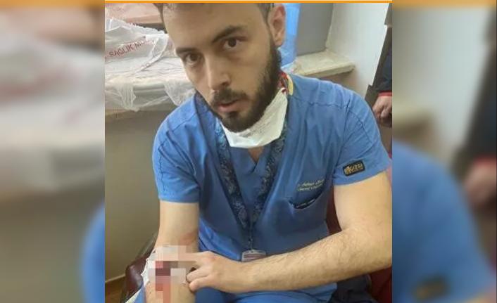 Sağlık çalışanına yine şiddet: Kolunda damar yoluyla çalışan doktor darp edildi